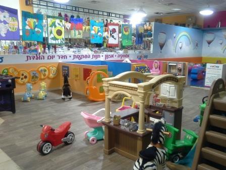 מגוון משחקים וציוד למשחקייה של ילדים