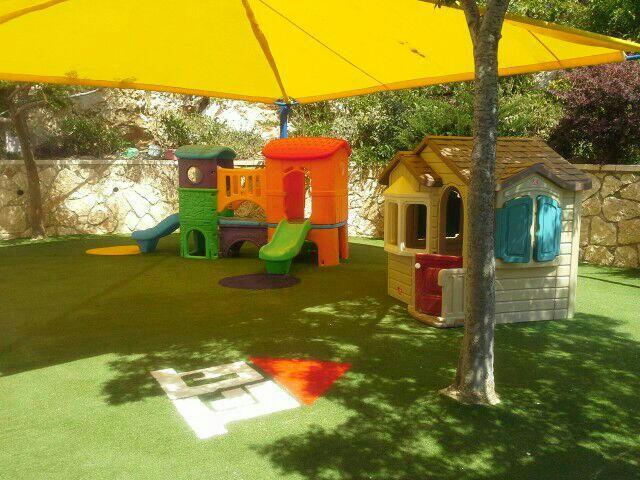 ציוד לגן ילדים בחצר, בית טירה מפלסטיק ומגלשות